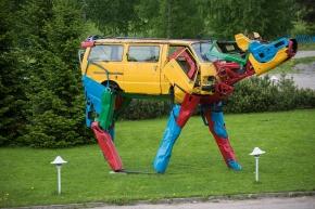 El reciclaje y las coloridas vacas de una artistafinlandesa